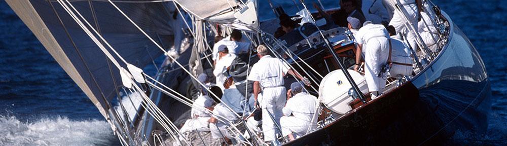 Crew auf einem Segelboot