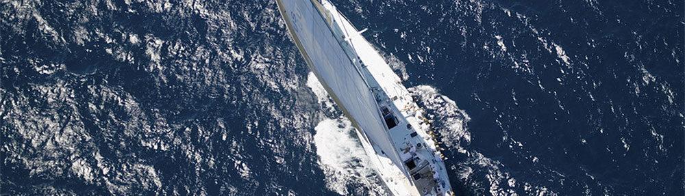 weißes Segelboot auf blauem Meer