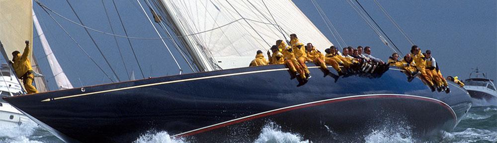 Crew in gelben Anzuegen auf blauem Rumpf