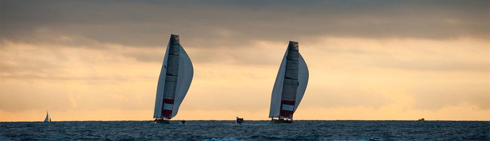 Zwei Segelschiffe am Horizont vor dem Abendhimmel